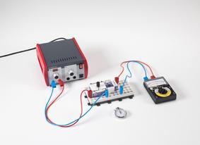 Laden und Entladen eines Kondensators beim Ein- und Ausschalten von Gleichspannung - Messung mit einem Multimeter